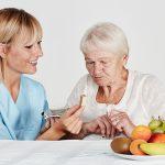 Pflege Daheim GmbH Netzschkau-Reichenbach - Pflegerin hilft Seniorin beim Essen