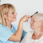 Pflege Daheim GmbH Netzschkau-Reichenbach - Pflegerin kämmt Seniorin die Haare